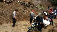 Longsor kembali menutup akses jalan provinsi penghubung Palabuhanratu menuju kawasan Pajampangan di bagian selatan Kabupaten Sukabumi, Jabar. (Foto: Polsek Simpenan, Sukabumi/Liputan6.com/Mulvi Mohammad)