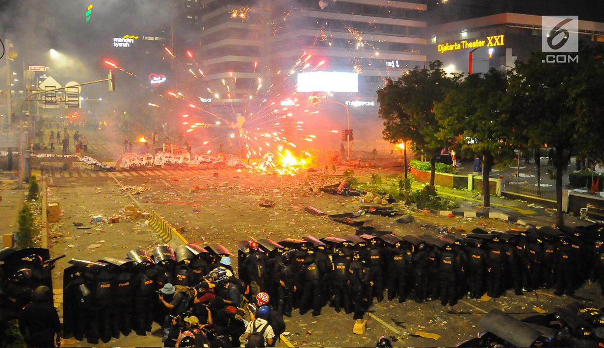 FOTO Perang Petasan Warnai Bentrokan Di Depan Gedung