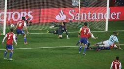 Kiper Paraguay, Justo Villar gagal menghalau bola tendangan bek Argentina, Marcos Rojo pada semifinal Copa Amerika 2015 di Concepcion, Chili, (1/7/2015). Argentina melangkah ke final usai mengalahkan Paraguay 6-1. (Reuters/Jorge Adorno)