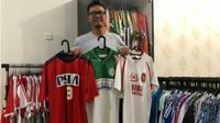 Dosen UGM jadi kolektor kaus tim sepak bola sejak 20 tahun silam. (KRJogja.com/FX Harminanto)