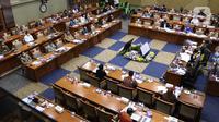 Suasana rapat kerja dan rapat dengar pendapat (RDP) yang digelar Komisi IX di Kompleks Parlemen Senayan, Jakarta, Rabu (10/3/2021). Rapat yang dihadiri Ketua Tim Pengembangan Vaksin Nusantara Terawan Agus Putranto itu untuk mendengarkan soal pengembangan Vaksin Nusantara. (Liputan6.com/Angga Yuniar)