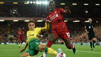 Gelandang Liverpool, Sadio Mane, berusaha melewati bek Norwich, Max Aarons, pada laga Premier League di Stadion Anfield, Liverpool, Jumat (9/8). Liverpool menang 4-1 atas Norwich. (AFP/Oli Scarff)