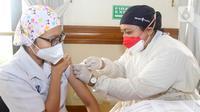 Petugas medis yang bertugas sebagai vaksinator memvaksin Nakes Siloam Hospitals, Tangerang, Rabu (11/8/2021). Vaksinasi yang digelar sejak Selasa diikuti 500 nakes sebagai garda terdepan penanganan Pandemi Covid-19 untuk memperkuat antibodi atau sebagai booster. (Liputan6.com/HO/Firdi)