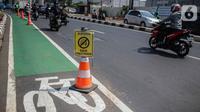 Kendaraan melintas di samping jalur khusus sepeda di Jalan Fatmawati Raya, Jakarta Selatan, Rabu (30/10/2019). Anggaran pembangunan jalur sepeda semula Rp 4,4 miliar lalu ada penambahan dana Rp 69,2 miliar hingga total anggarannya menjadi Rp 73,7 miliar. (Liputan6.com/Faizal Fanani)