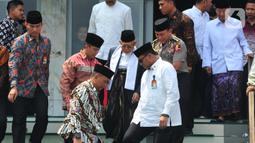 Wakil Presiden Ma'ruf Amin usai salat Jumat sebelum membuka Musyawarah Bersama (Mubes) di Masjid Baiturrahman, Semarang, Jumat (13/12/2019).  Selain lima ormas tersebut, Musyawarah Bersama juga diikuti Nahdlatul Ulama (NU) dan Muhammadiyah serta beberapa ormas Islam lainnya. (Liputan6.com/Gholib)