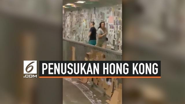 Seorang pria menusuk tiga warga Hong Kong secara membabi buta setelah bertanya soal opini mereka terkait demonstrasi besar yang terjadi.