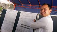 Wali Kota Bogor terpilih Bima Arya Sugiarto melihat hasil penghitungan di TPS 29, Katulampa, Bogor Timur, Kota Bogor, Rabu (17/4/2019). (Liputan6.com/Achmad Sudarno)