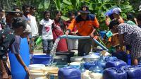Warga Patimuan, Cilacap, Jawa Tengah mengantre bantuan air bersih. (Foto: Liputan6.com/Muhamad Ridlo)