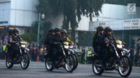 Petugas kepolisian bersenjata mengendarai sepeda motor dalam apel pengamanan Asian Games 2018 di Lapangan Ditlantas Polda Metro Jaya, Jakarta, Selasa (31/7). Apel ini diberi nama 'Operasi Among Raga'. (Merdeka.com/Imam Buhori)