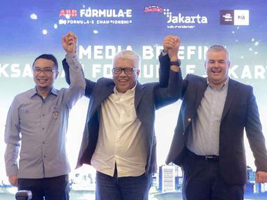 Direktur Utama PT Jakarta Propertindo Dwi Wahyu Daryoto (tengah), Ketua Ikatan Motor Indonesia Pusat Sadikin Aksa (kiri) dan Formula E Operation Nuno Fernandez saat hadir dalam konferensi pers kesiapan Penyelenggaraan Formula E Jakarta di Jakarta, Jumat (14/2/2020). (Liputan6.com/Faizal Fanani)