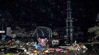 Sebuah masjid mengalami kerusakan berat akibat gempa dan tsunami di Palu, Sulawesi Tengah , Sabtu (29/9). Gelombang tsunami setinggi 1,5 meter yang menerjang Palu terjadi setelah gempa bumi mengguncang Palu dan Donggala. (AP Photo/Rifki)
