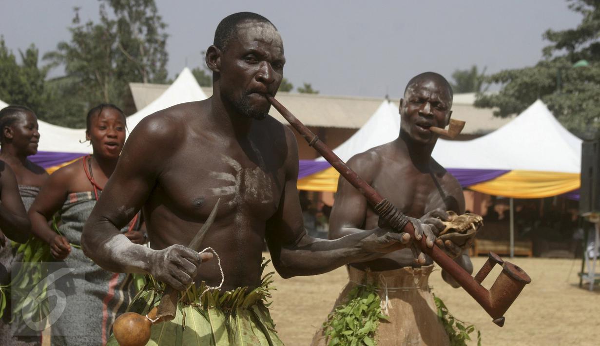 Sejumlah penari memperlihatkan tarian budaya Warangida Serkin Kagoro saat parade tahun baru di Kaduna, Nigeria (1/1/2016). Sejumlah daerah di Nigeria ikut berpartisipasi meramaikan acara tersebut. (Reuters)