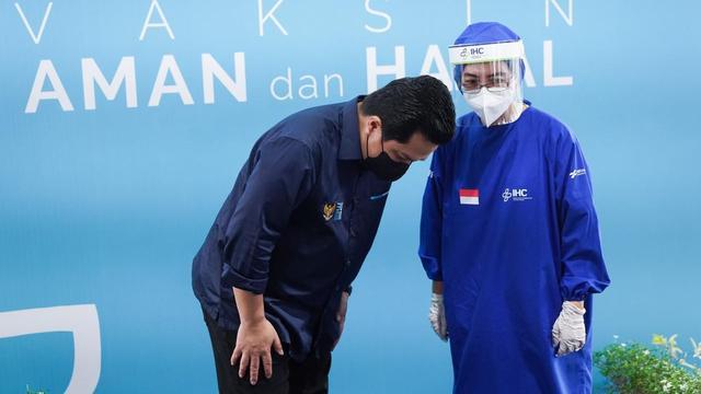 Menteri BUMN Erick Thohir meninjau kegiatan vaksinasi para tenaga kesehatan  di bawah naungan rumah sakit BUMN, yang berlangsung di RS Pusat Pertamina, Jakarta, pada Senin 19 Januari 2021. (Dok BUMN)