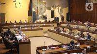 Suasana rapat kerja MenPAN-RB Tjahjo Kumolo dengan Komisi II DPR di Komplek Parlemen, Jakarta, Kamis (8/4/2021). Dalam rapat tersebut membahas mengenai pandangan pemerintah atas penjelasan DPR terkait RUU tentang ASN serta pembentukan Panja RUU tersebut. (Liputan6.com/Angga Yuniar)