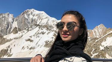 Tak hanya dikenal sebagai aktris, Raline Shah juga seorang model. Tak hern ajika dirinya selalu tampil cantik dengan busana apapun terlebih lagi saat menggunakan kacamata. (Liputan6.com/IG/@ralineshah)