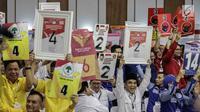 Pendukung peserta partai politik Golkar, Gerindra, PDIP dan Demokrat menunjukkan nomor parpol sambil yel-yel usai pengambilan nomor urut peserta pemilu 2019 di KPU, Jakarta, Minggu (18/2). (Liputan6.com/Faizal Fanani)