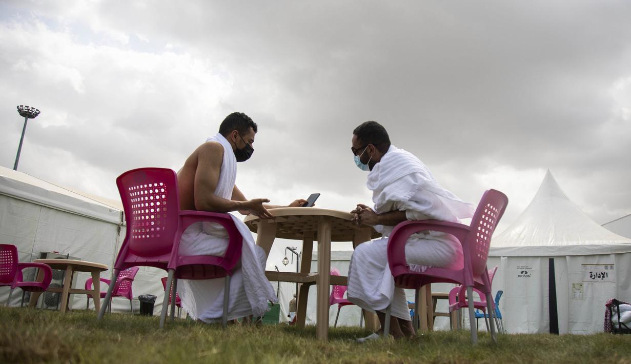Jemaah mengobrol dalam kamp saat melaksanakan rangkaian ibadah haji di Kota Suci Makkah, Arab Saudi, Kamis (30/7/2020). Hanya sekitar seribu jemaah yang diizinkan untuk melakukan ibadah haji tahun ini karena pandemi COVID-19. (Saudi Ministry of Media via AP)