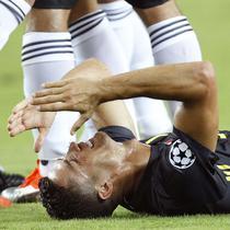 Striker Juventus, Cristiano Ronaldo, menangis usai mendapat kartu merah dari wasit saat melawan Valencia pada laga Liga Champions di Stadion Mestalla, Valencia, Rabu (19/9/2018). Juventus menang 2-0 atas Valencia. (AP/Alberto Saiz)