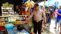Lelaki tua itu sempat diperingatkan untuk beristirahat saat sibuk memanggul pisang. (Liputan6.com/Muhamad Ridlo)