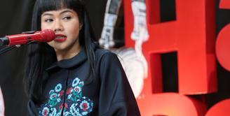 Hari ini, bertepatan dengan hari Kartini. Setiap tanggal 21 April, masyarakat Indonesia memperingati hari Kartini. Perjuangan Kartini itu hingga akhirnya banyak yang menjadikan sebagai panutan. Begitu juga Yura Yunita. (Adrian Putra/Bintang.com)
