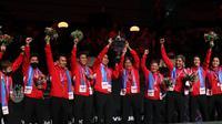Indonesia mengangkat trofi Piala Thomas 2020 setelah pada final mengalahkan China 3-0, di Ceres Arena, Aarhus, Denmark, Minggu (17/10/2021). (PBSI)