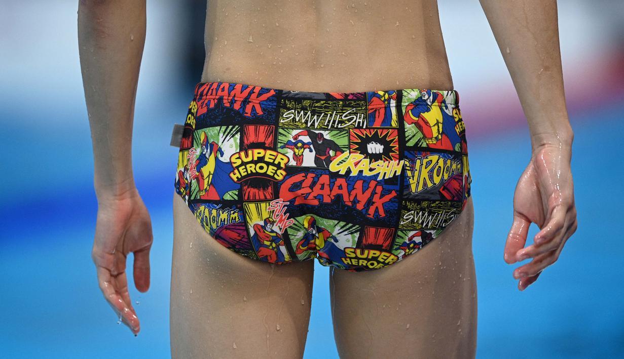 Seorang atlet renang memakai celana renang bergambar super hero saat mengikuti sesi latihan menjelang pertandingan renang Olimpiade Tokyo 2020 di Tokyo Aquatics Center, Senin (26/7/2021). (Foto: AFP/Oli Scarff)