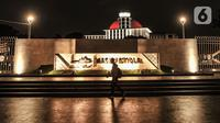 Pejalan kaki melintas di depan Masjid Istiqlal, Jakarta, Senin (22/2/2021). Wajah baru Masjid Istiqlal terasa lebih indah ketika menjelang malam dengan ornamen lampu yang menghiasi seluruh kompleks masjid. (merdeka.com/Iqbal S Nugroho)