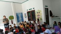 Bigadir Nasrullah mengajar anak-anak Desa Tanjung Agung, Kabupaten Lahat secara gratis (Liputan6.com / ist - Nefri Inge)