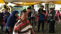Ayah Almarhum Sutopo Purwo Nugroho, Suharsono Harsosaputro Saat Tiba di Rumah Duka, Cimanggis, Depok, Jawa Barat pada Minggu (7/7/2019). (Foto: Merdeka.com)