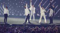 Boy Band asal Korea, Super Junior, saat penutupan Asian Games di SUGBK, Jakarta, Minggu (2/9/2018). (Bola.com/Vitalis Yogi Trisna)
