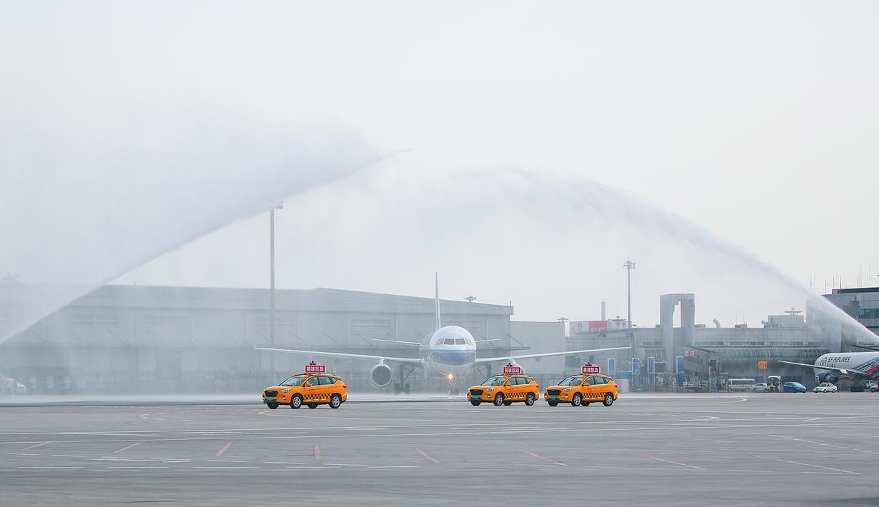 Pesawat pengangkut petugas medis yang diperbantukan ke Provinsi Hubei disambut tembakan meriam air saat mendarat di Bandara Internasional Taoxian Shenyang, Shenyang, Provinsi Liaoning, China, Jumat (20/3/2020). Mereka dipulangkan seiring meredanya wabah virus corona COVID-19. (Xinhua/Long Lei)
