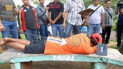 Rangkaian pra rekonstruksi diawali dengan IV saat tidur di taman komplek, yang berada di depan rumah Pipik. (3/7/14) (Liputan6.com/Miftahul Hayat)