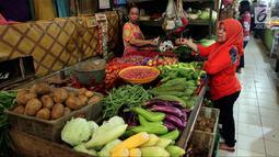Aktivitas perdagangan di Pasar Kebayoran Lama, Jakarta, Jumat (20/4). Kementerian Perdagangan (Kemendag) juga mengklaim pasokan kebutuhan pokok menjelang Ramadan 2018 aman. (Liputan6.com/Johan Tallo)