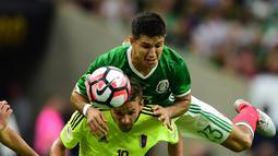 Duel antara pemain Meksiko dan Venezuela dalam laga Grup C Copa America 2016 di Stadion NRG, Houston, AS, Selasa (14/6/2016) WIB. (AFP/Alfredo Estrella)