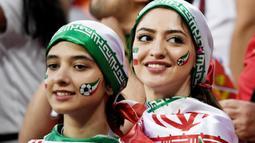 Dua orang Suporter Iran saat menyaksikan laga melawan Portugal pada laga Piala Dunia di Stadion Mordovia, Rusia, Senin (25/6/2018). Iran bermain imbang 1-1 dengan Portugal. (AFP/Filippo Monteforte)