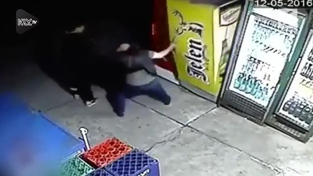 Aksi dua pria yang diduga hendak mencuri minuman beralkohol terekam kamera CCTV. Nahas, salah satu pelaku malah tertimpa lemari es.