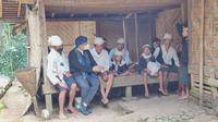 Menteri Kesehatan RI Budi Gunadi Sadikin berbincang dengan warga Baduy Dalam saat meninjau vaksinasi COVID-19 masyarakat Baduy di Ciboleger, Kabupaten Lebak, Banten pada Kamis, 14 Oktober 2021. (Liputan6.com/Fitri Haryanti Harsono)
