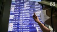 Calon penumpang melihat layar informasi penerbangan di Terminal 3 Bandara Soekarno-Hatta, Tangerang, Banten, Senin (11/5/2020). Beberapa maskapai mulai membuka layanan penerbangan setelah Kemenhub kembali membuka izin layanan transportasi umum pada Kamis lalu. (Liputan6.com/Faizal Fanani)