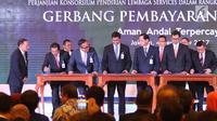 Penandatangan Perjanjian Konsorsium (PK) Pendirian Lembaga Services dan Perjanjian Kerja Sama (PKS) dalam launching acara Gerbang Pembayaran Nasional atau National Payment Gateway (NPG) di Gedung BI, Jakarta, Senin (4/12). (Liputan6.com/Angga Yuniar)