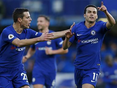 Pemain Chelsea, Pedro (kanan) merayakan gol dengan rekannya Cesar Azpilicueta (kiri) saat melawan Stoke City pada lanjutan Premier League di Stamford Bridge, London (30/12/2017). Chelsea menang 5-0. (AFP/Ian Kington)