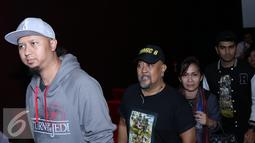 Sutradara Anggy Umbara dan pelawak senior Indro Warkop memasuki ruang bioskop untuk menonton film Comic 8 di Djakarta Theatre, Jakarta, Jumat (18/3). (Liputan6.com/Herman Zakharia)
