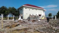 Rumah mewah juragan warteg itu satu-satunya rumah warga yang berdiri di tengah pembangunan jalan Tol Trans Jawa. (Liputan6.com/Fajar Eko Nugroho)