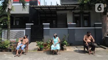 Warga berjemur untuk meningkatkan imunitas tubuh di pinggir jalan kompleks Perumahan Vila Cinere Mas, Depok, Kamis (8/7/2021). Saat ini lebih dari 50 warga Vila Cinere Mas terpapar Covid-19 dan menjalani isolasi mandiri di rumah masing-masing. (merdeka.com/Arie Basuki)