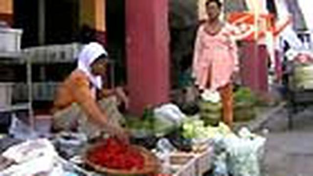 Menyusul naiknya harga sejumlah komoditi sayuran, pasar di beberapa daerah menjadi sepi pembeli. Belum diketahui penyebab pasti kenaikan.
