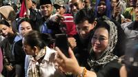 Politikus Partai berkarya Titiek Soeharto mengikuti aksi unjuk rasa di depan Gedung Bawaslu. (Liputan6.com/ Ady Anugrahadi)