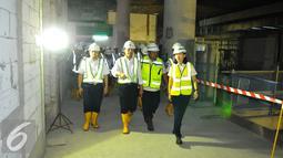 Menteri Perhubungan Budi Karya menyusuri proyek MRT di Bundaran HI, Jakarta, Rabu (14/12). Budi berpesan kepada tim pengembang agar penyelesaian proyek itu dilakukan secara profesional. (Liputan6.com/Angga Yuniar)