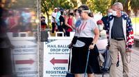 Antrean pemilih di Kantor Pengawas Pemilihan di Gedung Pengadilan Pinellas County, selama pemungutan suara awal pada 19 Oktober 2020, di Clearwater, Florida. (Foto: Tampa Bay Times melalui AP / Douglas R. Clifford)