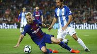 Gelandang Barcelona, Ivan Rakitic, berusaha mempertahankan bola dari bek Malaga, Paul Baysse, pada laga La Liga di Stadion Camp Nou, Barcelona, Sabtu (21/10/2017). Barcelona menang 2-0 atas Malaga. (AP/Manu Fernandez)