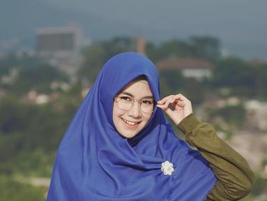 Memakai hijab berwarna biru dan baju hijau tua membuat penampilan Anisa semakin cantik dan sejuk. (Liputan6.com/IG/@anisarahma_12)
