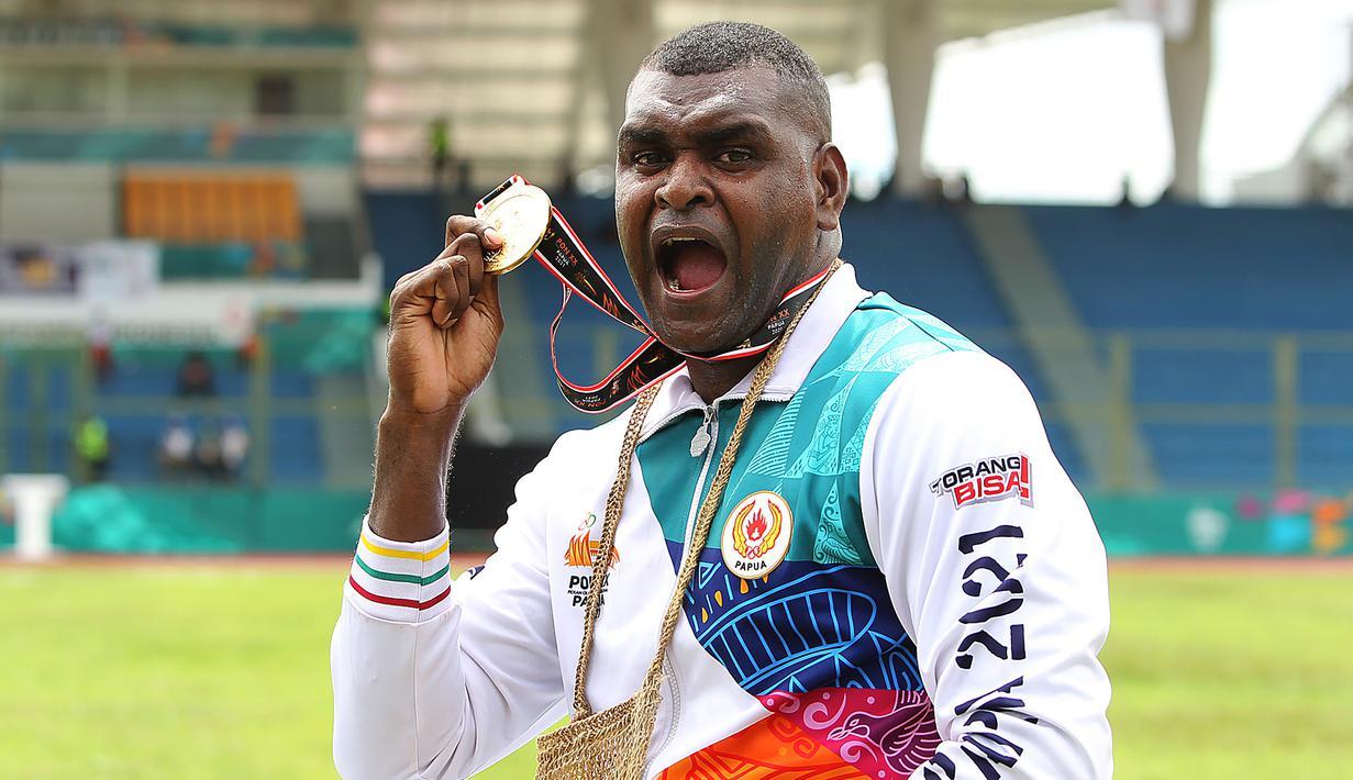 Tuan rumah Papua akhirnya mampu meraih medali emas di cabang atletik PON XX Papua melalui Arnoldus Gawai Kaize pada nomor lempar cakram putra di GOR Mimika Sport Complex, Rabu (13/10/2021). Ia berhasil menyisihkan lawan-lawanya dengan lemparan 49,78 meter. (PB PON XX Papua/Ady Sesotya)